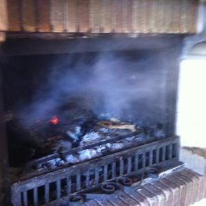 Chimenea revocando humo
