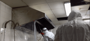 Operario trabajando en cocinas
